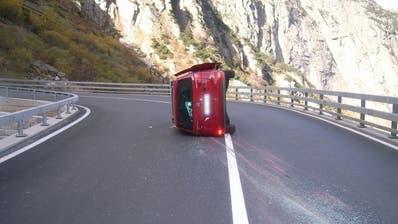 Das Unfallfahrzeug kam auf der Seite liegend zum Stillstand. (Bild: Kantonspolizei Uri, Göschenen, 23. Oktober 2018)