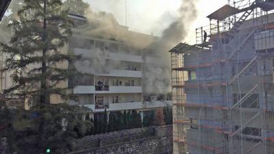 Rauch dringt aus der Wohnung (Bild: Leserreporter (Luzern, 23. Oktober 2018))