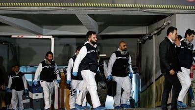 Türkische Ermittler stellen Beweise im Fall des ermordeten Journalisten Jamal Khashoggi sicher. (Emrah Gurel/AP, Istanbul, 23. Oktober 2018)