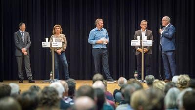 Podium mit den Kandidatenfürs Gemeindepräsidium von Ermatingen: Urs Tobler, Heidi Gerber, Andreas Jenny und Willi Hartmann. TZ-Redaktor Urs Brüschweiler (Mitte)moderiert die Diskussion. (Bild: Andrea Stalder)
