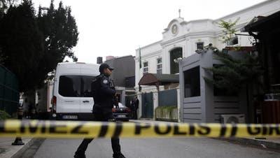Die türkische Polizei vor dem Haus des saudischen Generalkonsuls Mohammed al-Otaibi in Istanbul.(Bild: AP Photo/Emrah Gurel)