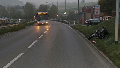 Die Unfallstelle auf der Appenzeller Strasse am Dienstagmorgen. Am rechten Strassenrand der Töff, der der Auslöser für den Auffahrunfall mit fünf Beteiligten war. (Bilder: Stadtpolizei St.Gallen - 23. Oktober 2018)