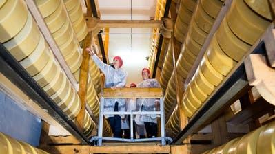 Die ersten Besucher des Reifekellers an der St. Karlistrasse in Luzernstaunen über die vielen Käselaibe. Das Lagergefährt aus Holz wird von Hand betrieben und ist beinahe 100 Jahre alt. (Bild:Eveline Beerkircher, Luzern 24. Oktober 2018)