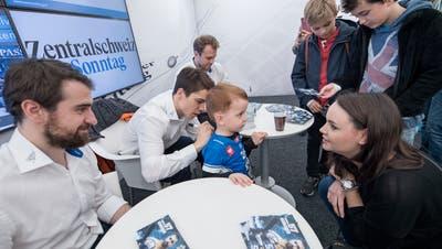 Autogrammstunde am Stand der Zuger Zeitung an der Zuger Messe: Fabian Schnyder, Reto Suri und Viktor Stalberg (von links). Bild: Pius Amrein (Zug, 24. Oktober 2018)