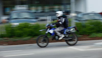 Ein Motorradfahrer im Innerortsbereich. (Symbolbild: Donato Caspari)