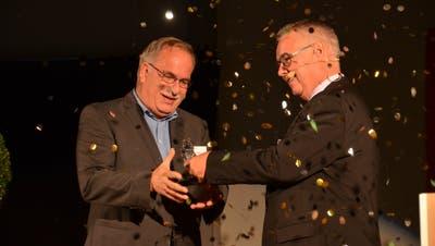 Markus Kobelt nimmt den Innovationspreis für sein Unternehmen Lubera aus den Händen von Lothar Ritter entgegen. (Bild: Katharina Rutz)