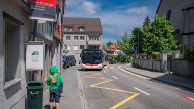 Ein Dieselbus bei der Haltestelle «Kirche St.Georgen». Sagt das Stimmvolk am 25. November Ja, sollen hier dereinst Batterietrolleybusseohne Fahrleitungen verkehren. (Bild: Benjamin Manser - 22. Mai 2018)
