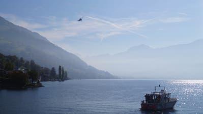 Bild von der Suchaktion auf dem Zugersee bei Walchwil mit einem Helikopter der Kantonspolizei Zürich. (Bild: Zuger Polizei)
