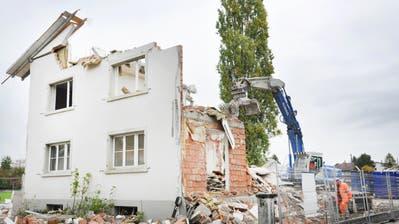 An der Thurfeldstrasse wird ein Haus nach dem anderen dem Erdboden gleichgemacht. Innerhalb von Stunden verschwinden Wände und Decken. (Bild: Sabrina Bächi)