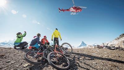 Bequem, aber umstritten: Heli-Biking in der Nähe von Zermatt. Bild: Pascal Gertschen/PD