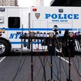 Mikrofone vor einem Fahrzeug der Polizei in New York. (Bild: EPA/JUSTIN LANE)