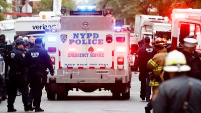 New Yorker Polizeioffiziere bei einem Postgebäude in Manhattan, wo eine weitere verdächtige Sendung entdeckt und von Bombenentschärfern unschädlich gemacht wurde. (Bild Keystone/EPA/JUSTIN LANE, 26. Oktober 2018)