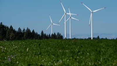 Windkraftanlagen auf dem Col du Mont-Crosin im Berner Jura. (Bild: KEY/Jean-Christophe Bott)