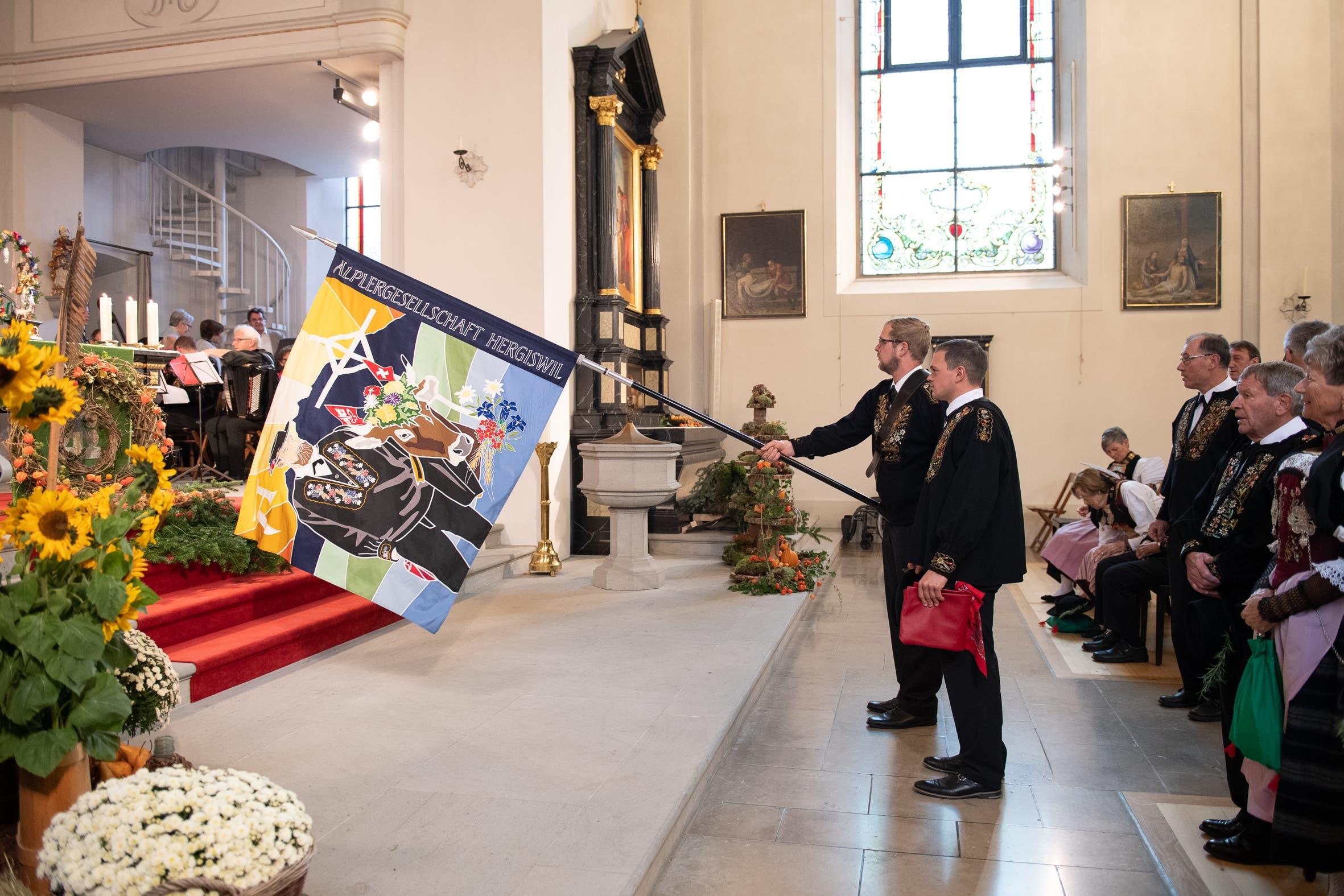 Fahnenweihe in der Kirche. (Bild: Melinda Blättler (Hergiswil, 21. Oktober 2018))