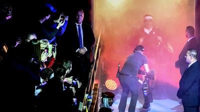 Die Lichtshow, die Medien und die Security: Der Schweizer Tennis-Superstar trifft ein (Bild: Daniela Frutiger/freshfocus)