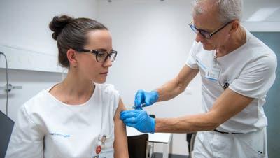 Infektiologe Marco Rossi impft «Champion» Rahel Heer im Kantonsspital Luzern. (Bild: Dominik Wunderlin, Luzern, 19. Oktober 2018)