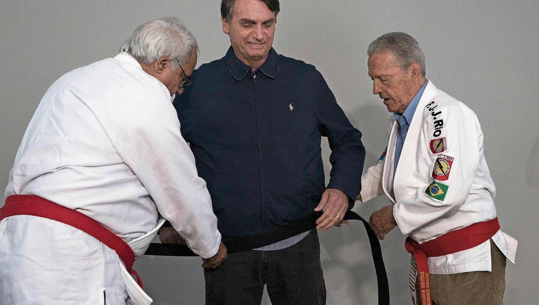 Ein Meister im Austeilen: Jair Bolsonaro erhält einen Ehren-Schwarzgurt im Jiu Jitsu. (Leo Correa/AP, Rio de Janeiro, 25. Oktober 2018)