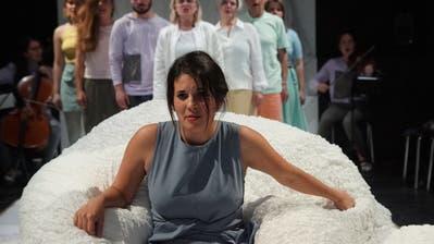 Selma Güntert als Veronika wähnt sich in der Psychiatrie in einem Albtraum. (Bild: Hannes Bucher, 25. Oktober 2018)