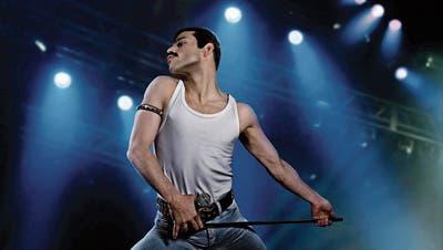 Der exzentrische Queen-Sänger Freddie Mercury wird sehr überzeugend von Rami Malek dargestellt. (Bild: Warner Bros. Pictures)
