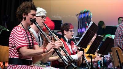 Die Musiker des Musikvereins Islikon-Kefikon waren ganz dem Motto Rummelplatz entsprechend verkleidet. (Bild: Andreas Taverner)