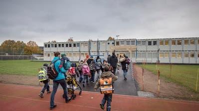 Hereinspaziert! Die ersten Schüler und Eltern strömen ins Container-Schulhaus. (Bilder: Pius Amrein (Ebikon, 29. Oktober 2018))