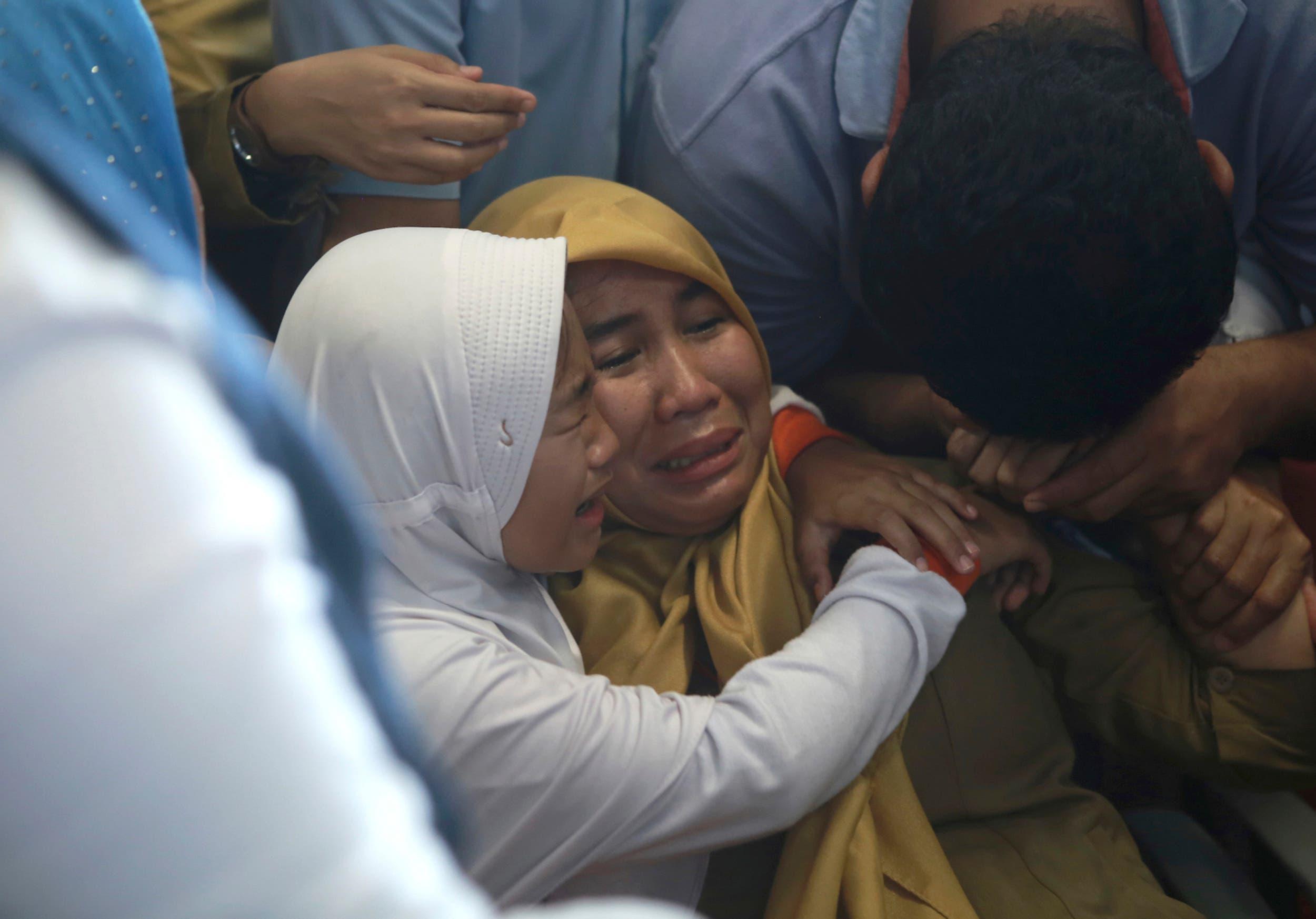 Angehörige der Passagiere des Fluges Lion Air JT-610 warten auf Neuigkeiten. (Bild: AP Photo/Hadi Sutrisno)