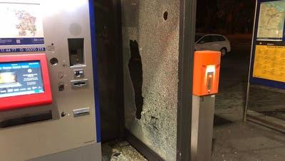 Nach den Randalen: ein Bild der Verwüstung am Bahnhof St.Gallen Winkeln. (Bild: Stapo SG)