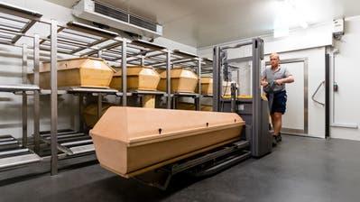 In diesem Raum lagern die Särge, bis sie zur Kremation abgeholt werden. (Bild: Philipp Schmidli, Luzern, 16. Oktober 2018)