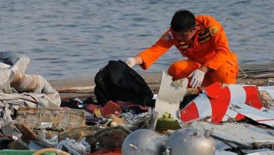 Leichenteile nach Absturz von indonesischem Flugzeug gefunden