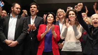 Knappes Rennen bei Präsidentenwahl in Georgien