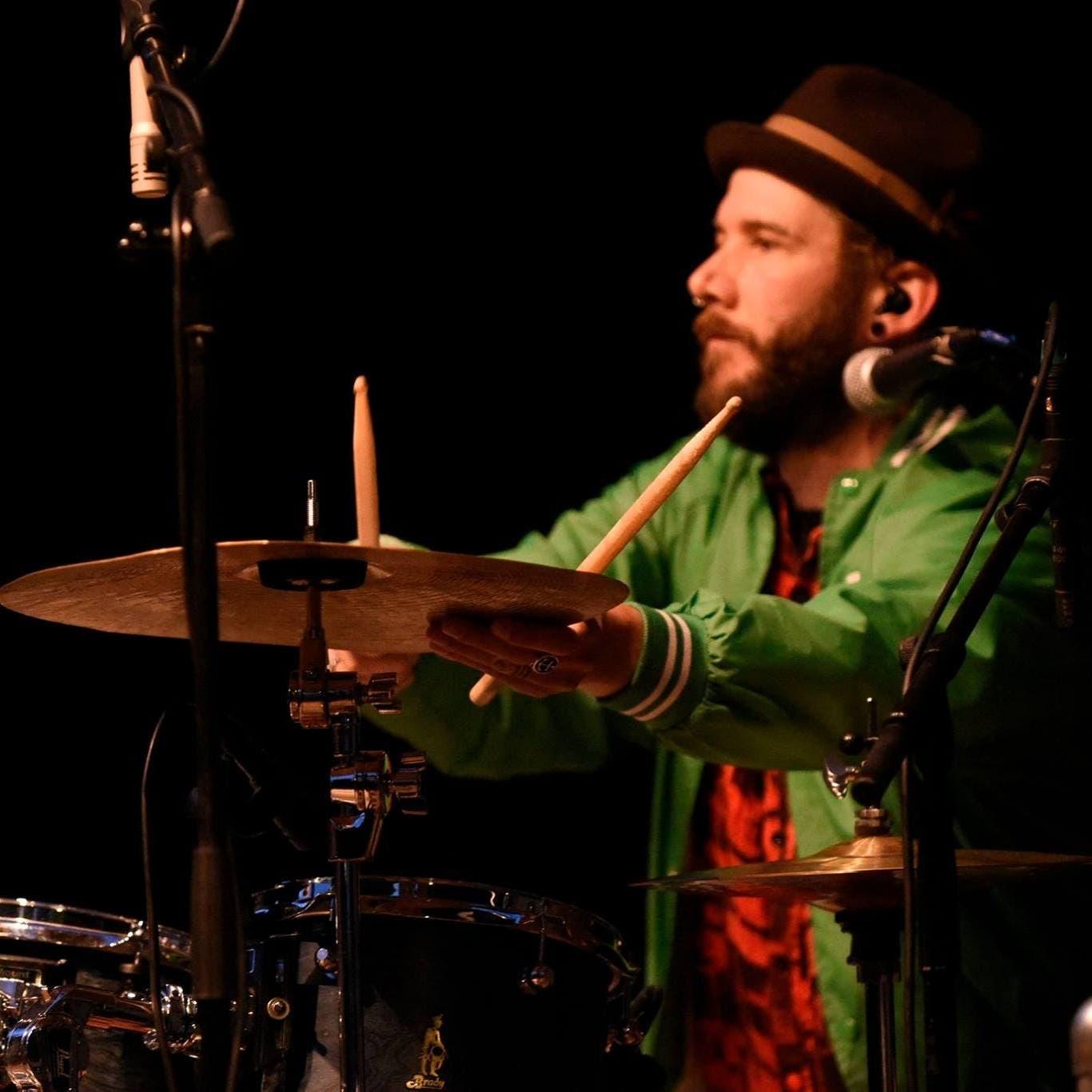 Der Nidwaldner Roli Würsch (37), wohnhaft in Altdorf, spielt in verschiedenen Bands Schlagzeug. Hier bei einem Auftritt mit Wiudä Bärg. (Bild: PD)