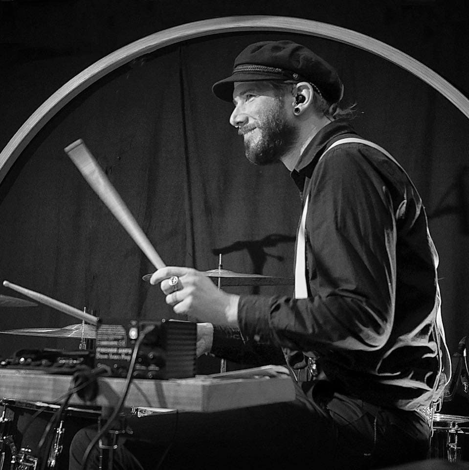 Der Nidwaldner Roli Würsch (37), wohnhaft in Altdorf, spielt in verschiedenen Bands Schlagzeug. Hier bei einem Auftritt mit Zuckdraht. (Bild: PD)