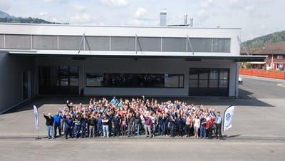 Die Mitarbeitenden der Firmen Alder + Eisenhut und Eberhard Bühnen versammelten sich im 2016 zum Foto vor dem neuen Lager Linde. (Bild: Ruben Schönenberger)