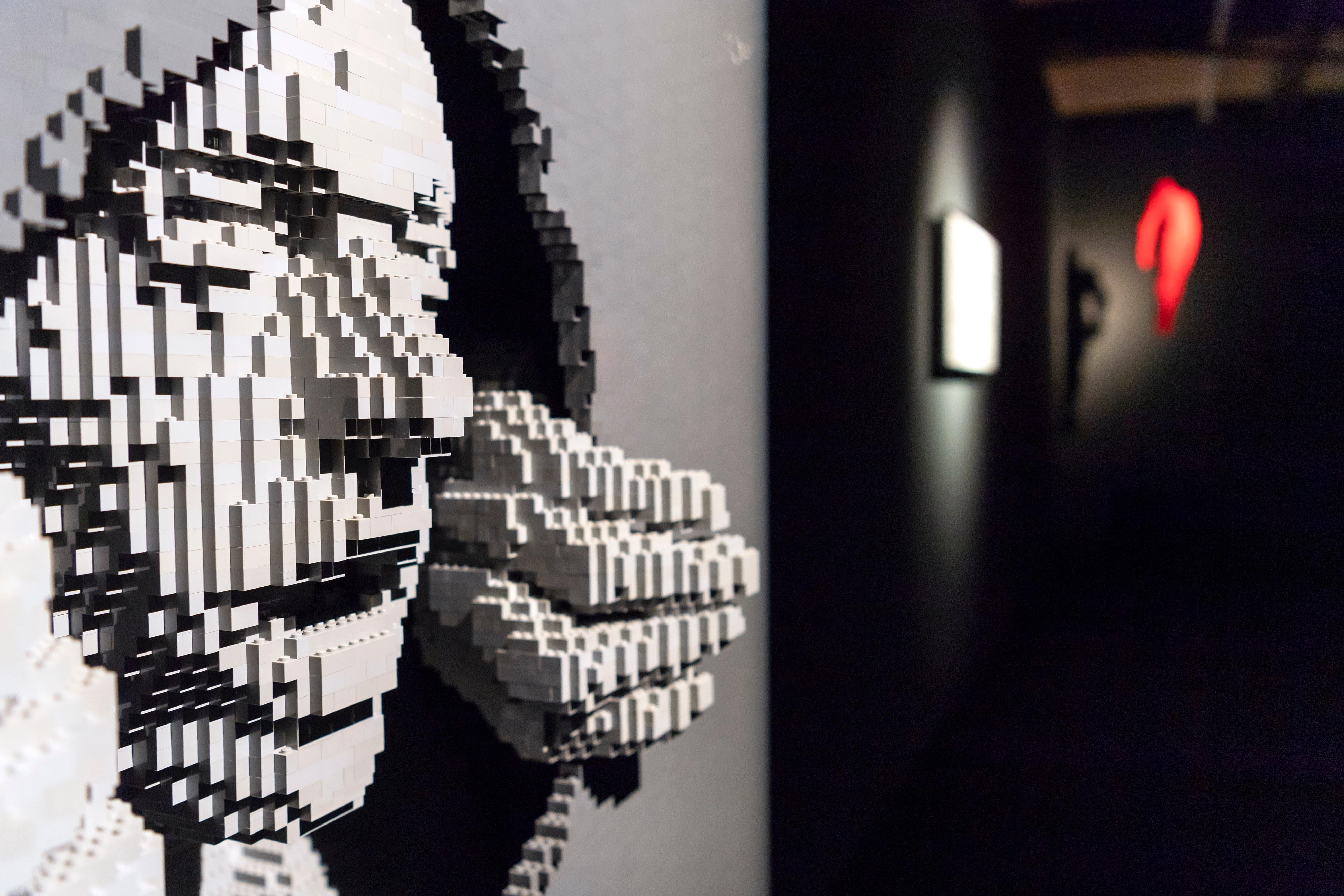 Der Künstler macht aus Legosteinen Kunst. (Bild: KEYSTONE/Martial Trezzini)