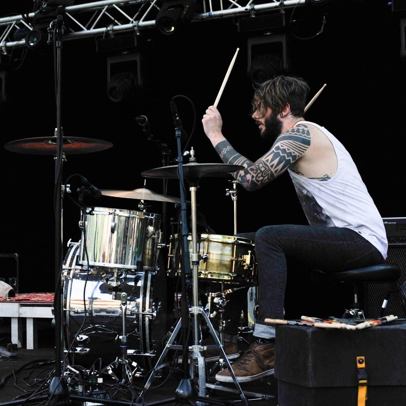 Der Nidwaldner Roli Würsch (37), wohnhaft in Altdorf, spielt in verschiedenen Bands Schlagzeug. Hier bei einem Auftritt mit The Hydden. (Bild: PD)