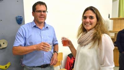 Schulpräsident Adrian von Grünigen stösst mit Marlene Tabord auf deren Wahl in die Behörde an. (Bild: Monika Wick)