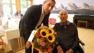 Der Gemeindepräsident Alois Gunzenreiner gratuliert Alexander Giger zu seinem 102. Geburtstag. (Bild: PD)