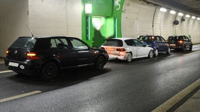Auffahrkollision mit vier Autos im Sonnenbergtunnel
