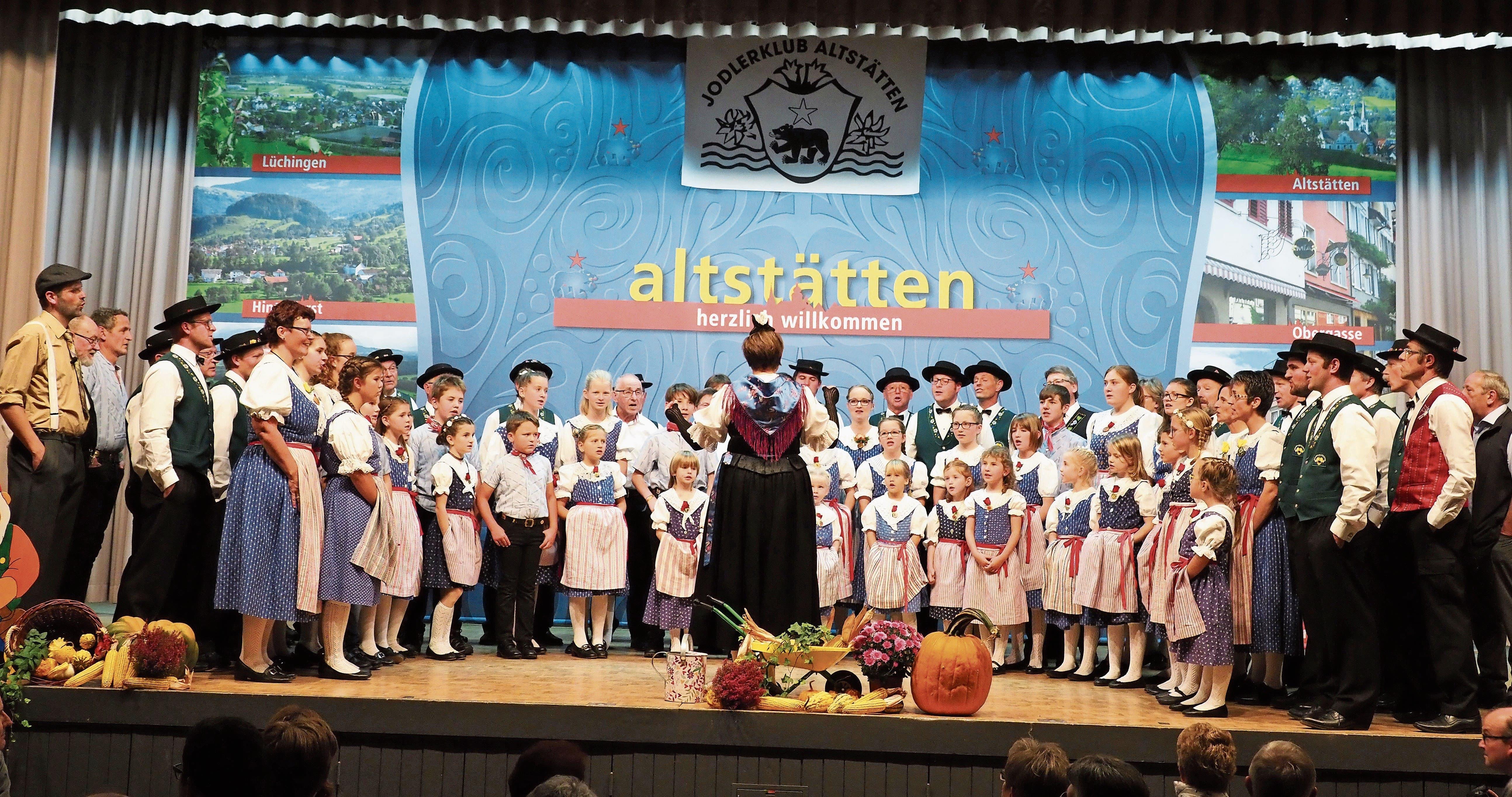Der Gesamtchor – Jodlerklub, Kinderjodelchörli und Gastsänger – unter der Leitung von Hedy Fitze. (Bild: Bilder: Thomas Widmer)