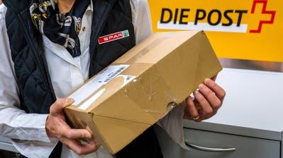 SPAR Mitarbeiterin Irma de Jong bedient die neue Posttheke in der SPAR Filiale Würzenbach am Freitag, 13. Oktober 2017.