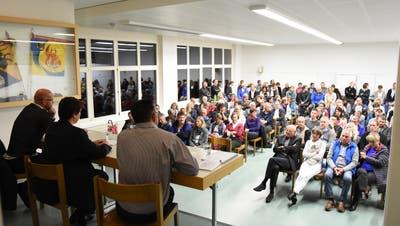 Das Podiumsgespräch mit den Kandidaten für das Amt des Ebnat-Kappler-Schulratspräsidenten stiess auf grosses Interesse. (Bild: Urs M. Hemm)