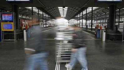 Passagiere strömen durch den Bahnhof Luzern (Archivbild Keystone)