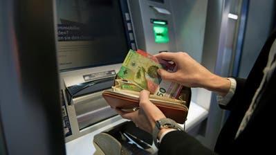 Langfristig immer weniger möglich: Geldbezug am Bancomaten. (Bild: Corinne Glanzmann (Luzern, 18. Januar 2018))