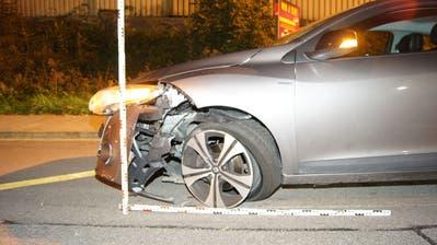 Der Unfallwagen auf der Sihlbruggstrasse in Walterswil (Bild:Zuger Polizei (Mittwoch, 3. Oktober 2018))