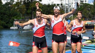 Der Höhepunkt seiner Karriere: Mario Gyr (Mitte) feiert seinen Olympiasieg. Bild: Laurent Gilliéron/Keystone (Rio de Janeiro, 11. August 2016)