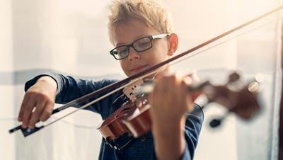 Finanzschwache Familien unterstützt die Ostschweizer Stiftung für Volksmusik zum Beispiel beim Kauf einer neuen Geige. (Bild: Getty)
