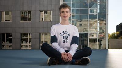 Maximilian Janisch auf dem Campus Irchel der Uni Zürich. Im Hintergrund ist das Gebäude Y27 zu sehen, in dem Mathematik unterrichtet wird.(Bild: Roger Grütter (Zürich, 4. Oktober 2018))