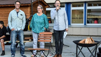 Die Fachlehrer Daniel Bangerter und Silvia Weinhappl erhalten von Schulpräsident Dani Stamm zur Einweihung der neuen Schulküche eine Feuerschale. (Bilder: Christoph Heer)