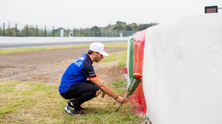 Blumen für seinen verstorbenen Freund Jules Bianchi: Formel-1-Pilot Pierre Gasly. (Bild: Peter Fox/Getty (Suzuka, 4. Oktober 2018))