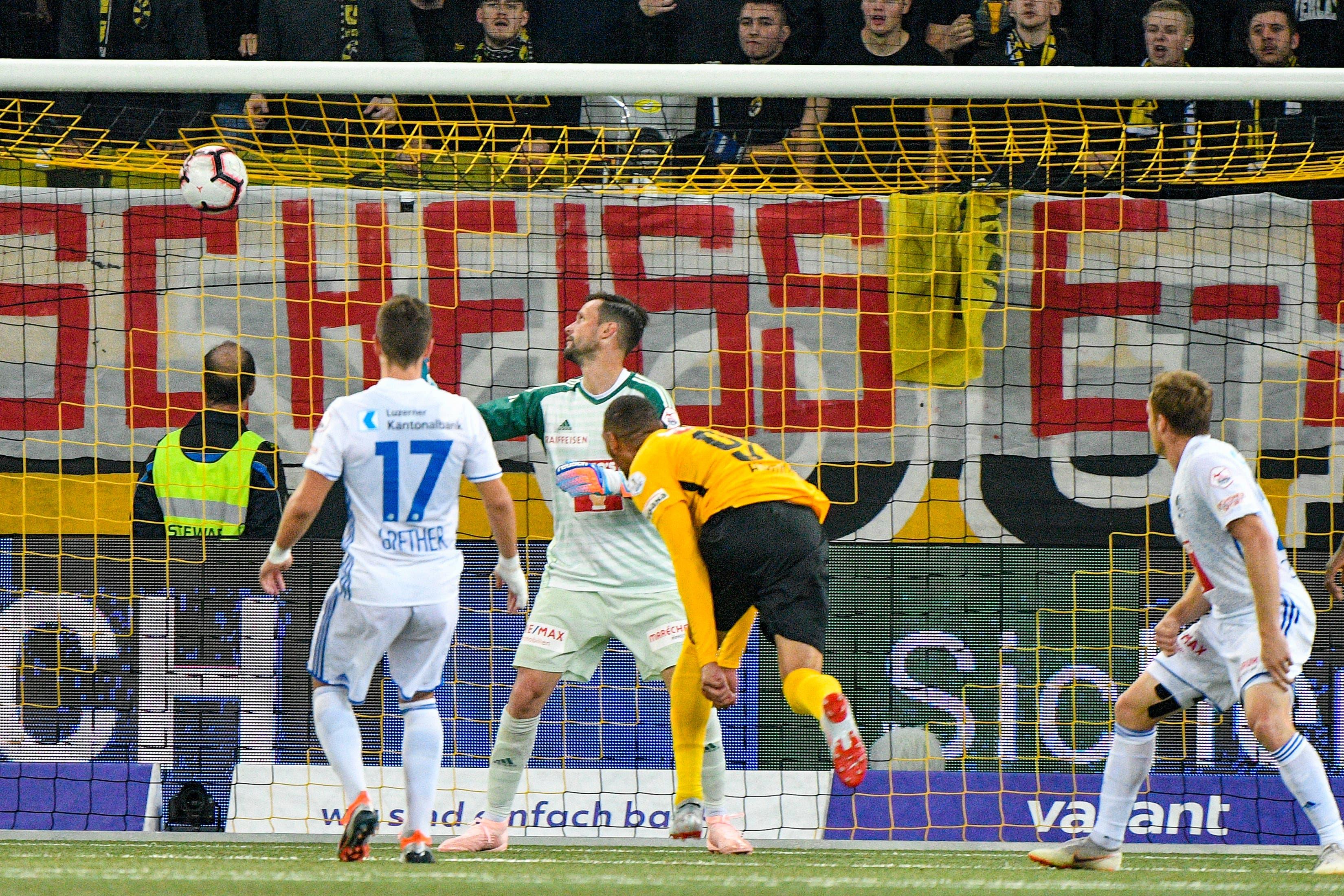 Guillaume Hoarau (YB) erzielt gegen Torhüter David Zibung (Luzern) das Tor zum 1:1.(Bild: Martin Meienberger/freshfocus (Bern, 6. Oktober 2018))